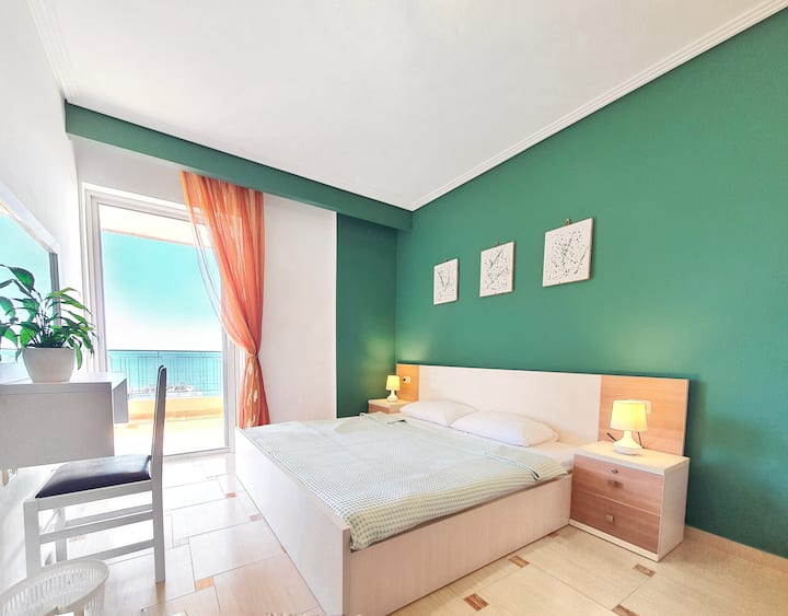 Emerald Green apartment w/ Sea view, free parking.