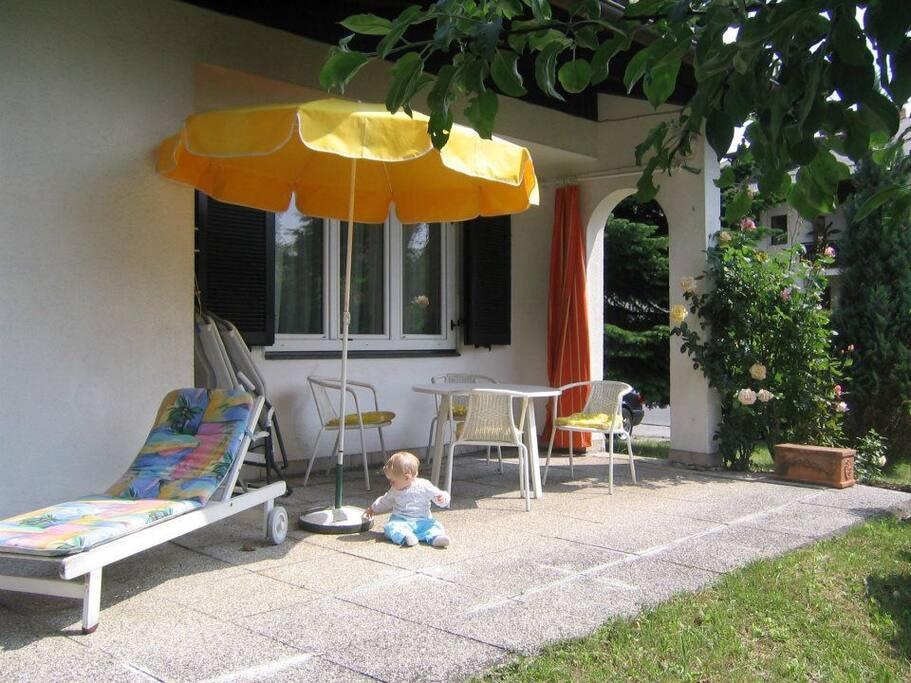 Terrasse mit kleinem garten rund ums Haus