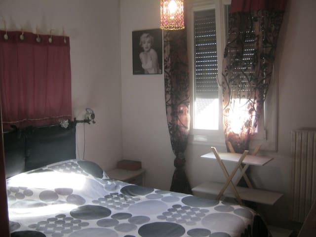 chambre équipée, avec bureau, chaine hifi.... - Saint-Orens-de-Gameville - Casa