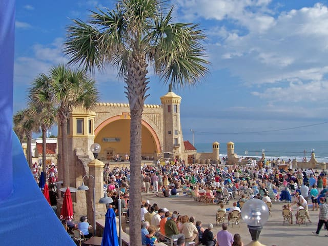 Saturday night in the summer, free concerts along the beach