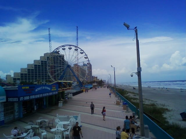 Boardwalk on a quiet day. It gets very busy on a summer weekend. Sadly the ferris wheel is gone.