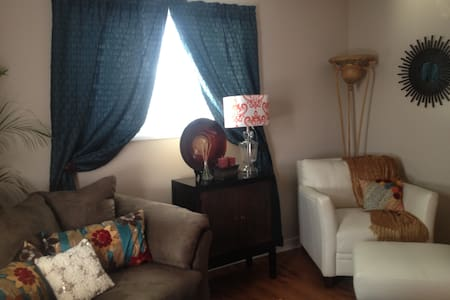 Adorable apt. minutes from Marshall - Huntington - Appartement