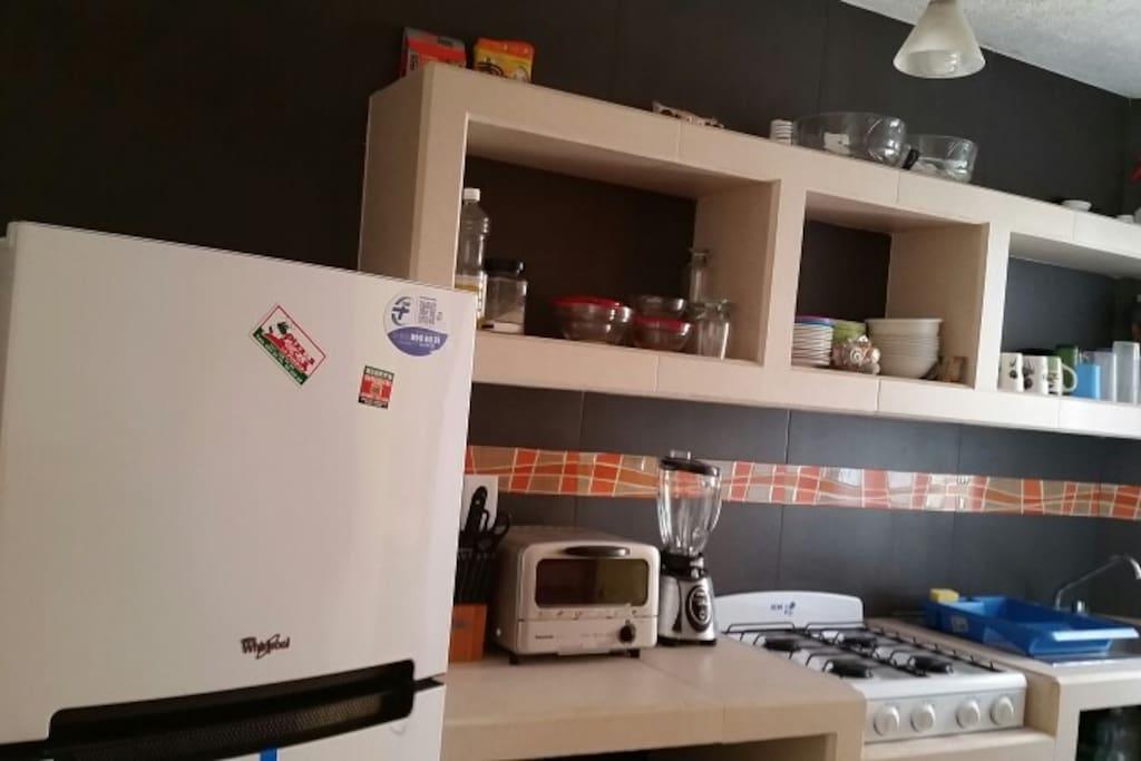 Cocina con tostador, refrigedaor, horno de michohondas, licuadora, estufa.
