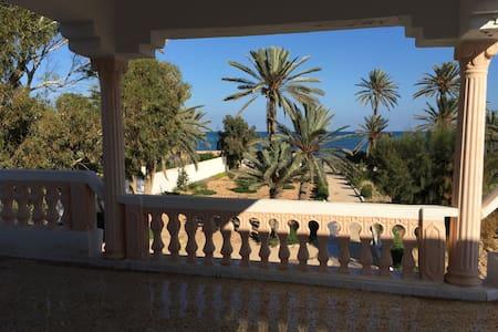 Grande Maison jardin en bord de mer - ZARZIS - Villa