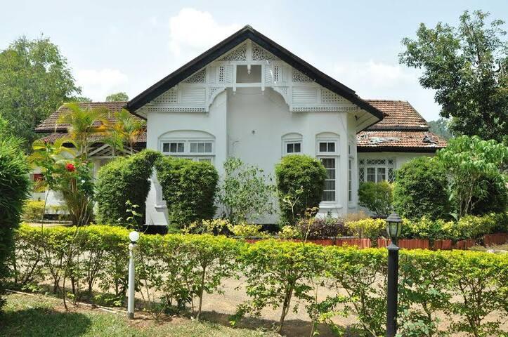 Govenors Bungalow - Bandarawela - Bed & Breakfast