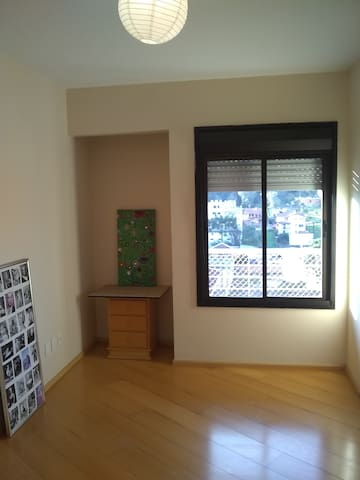 Single room. Downtown 1 block from the bus station
