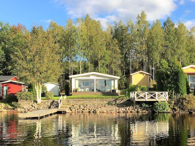 Mysigt mindre hus vid sjön Hären