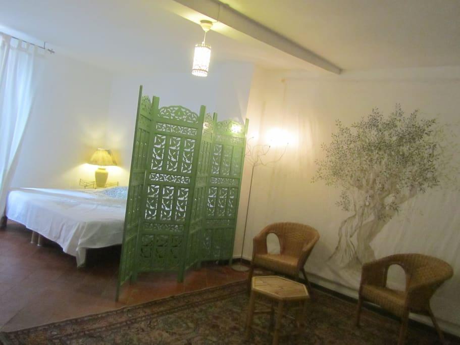 une grande chambre avec un petit boudoir