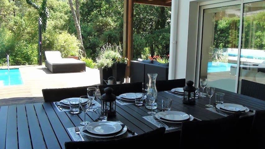 Espace repas extérieur dans le prolongement de la cuisine. Table 8 personnes.