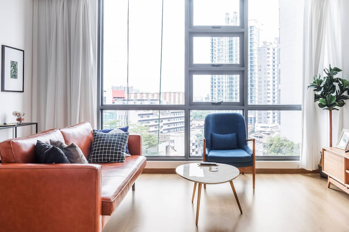 R T Spacious Bright Modern Condo with Pool View