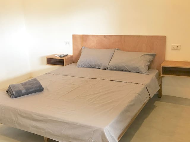 Modern Suite w/ queen bed, Hi Speed Wifi in Biñan