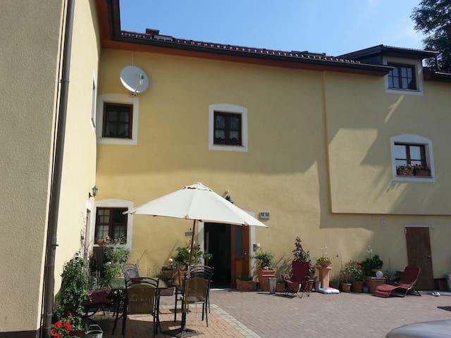 Kleinwohnung im alten Herrensitz - Greisingberg - Linna