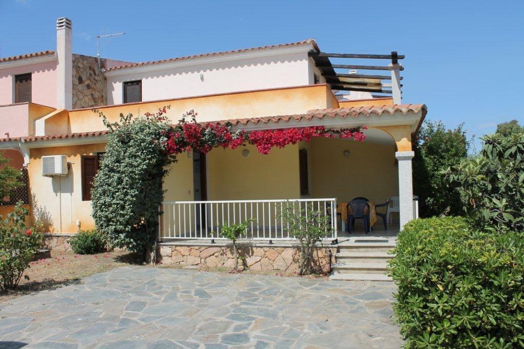Villetta al piano terra con cortile privato, posto auto, veranda, barbecue, soggiorno con angolo cottura, due camere da letto, bagno.