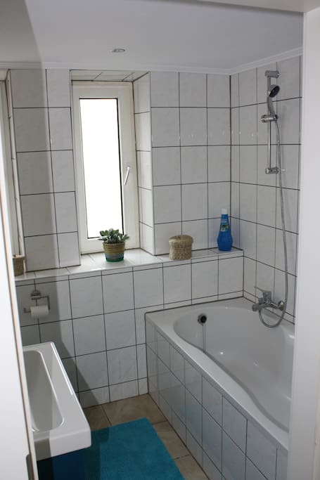 Das Badezimmer mit Badewanne