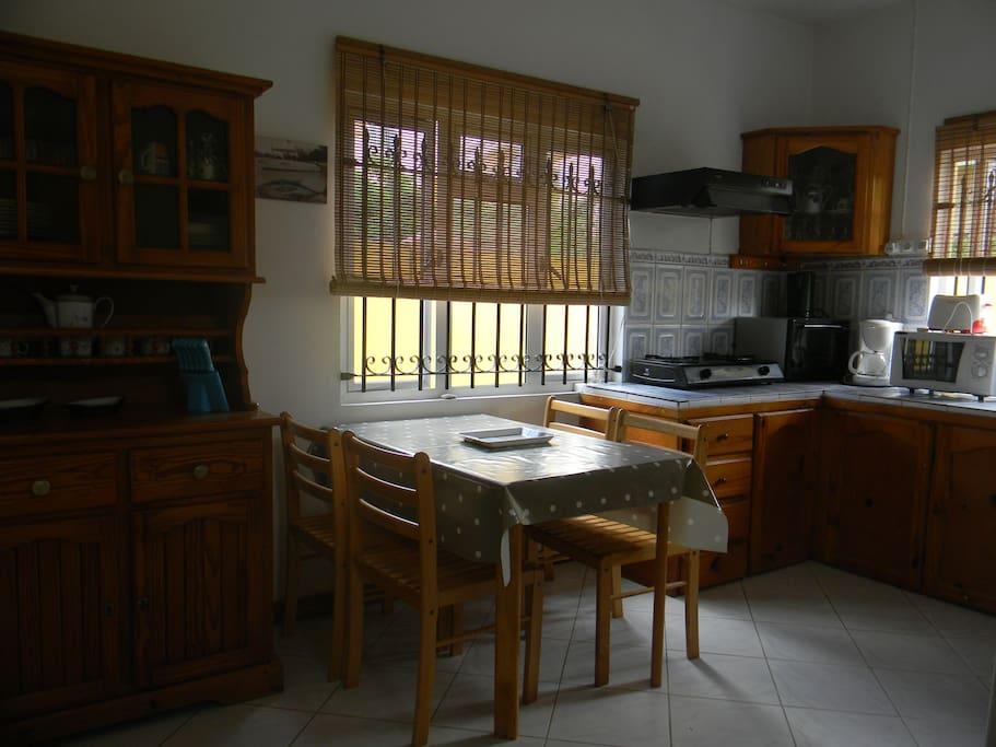 La grande cuisine avec four , frigo , cafetière , micro-ondes , gazinière ....