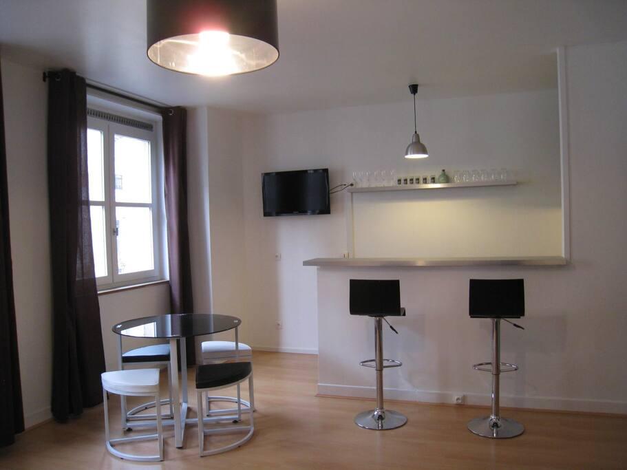 Bar counter between kitchen and main room