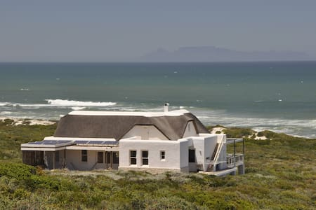 Stay in a Private Nature Reserve with beach front - Yzerfontein - Hus
