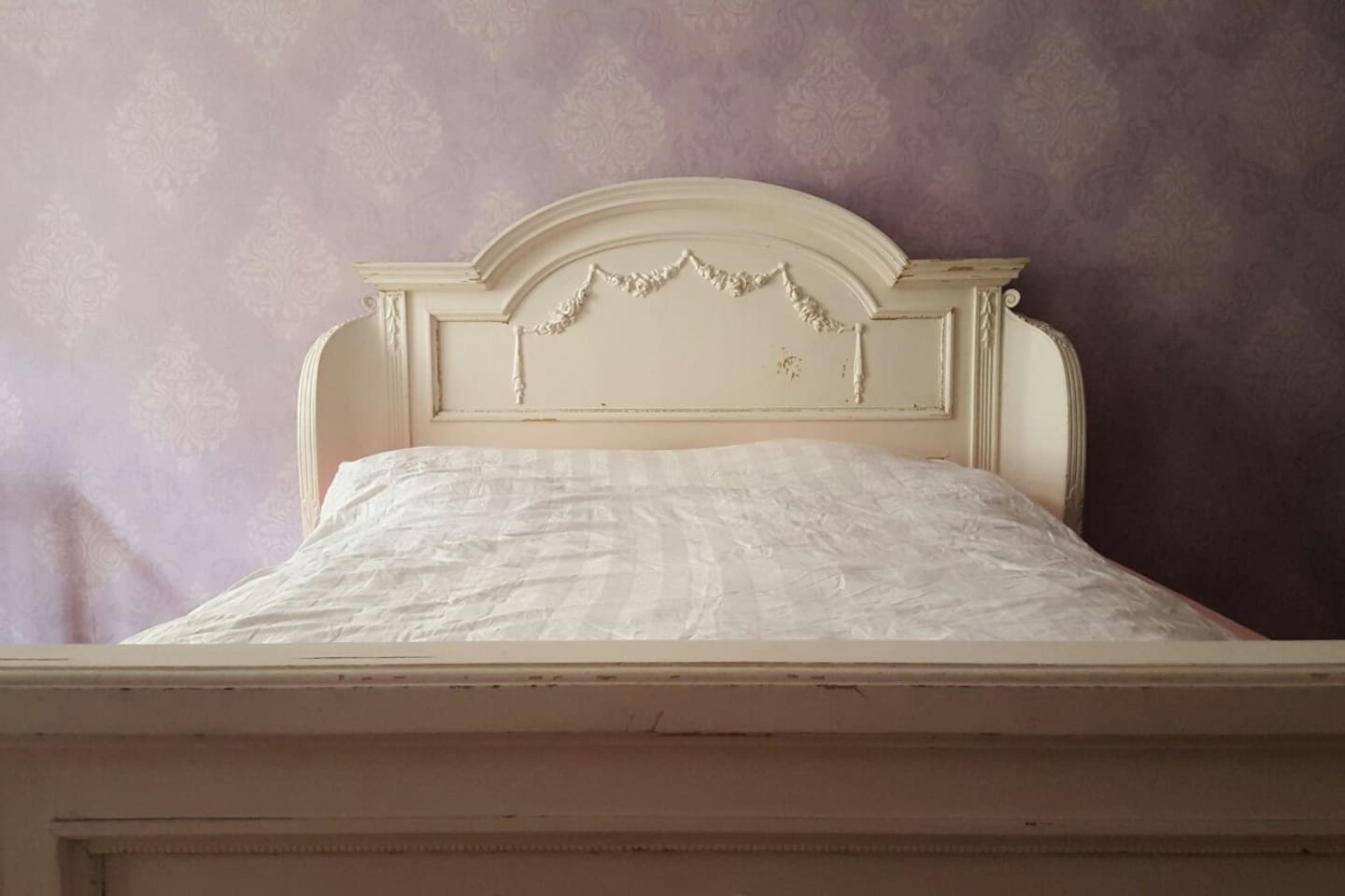 Victorian kingsize bed in the bedroom.