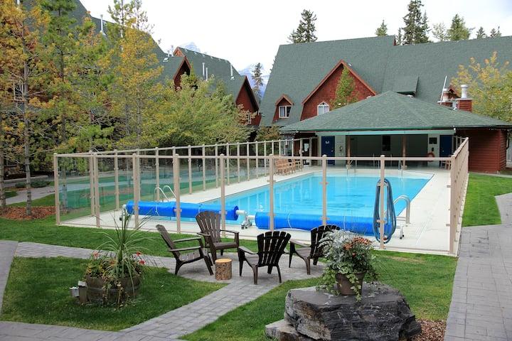 2-Storey Luxury Chalet,Heated pool/hot tub,2BD/2BA