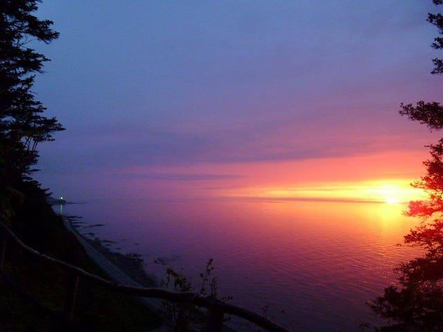 Une des vues au sentier du domaine sur le phare de Sainte-Marthe!