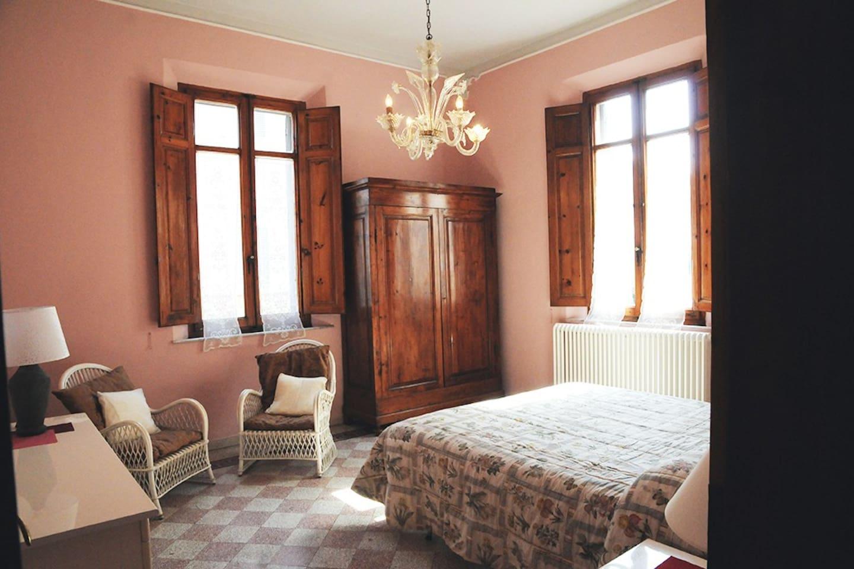 camera ROSA Grande camera con doppie finestre,  bagno e antibagno.