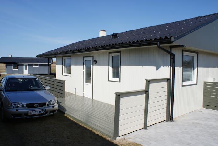 Sommerhus med 3 gange udsigt og naturen udenfor.