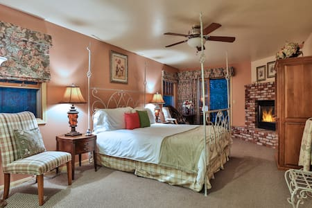 Bedroom 2 Bellflower Ground Floor; King Size Bed; Double Jacuzzi Bath and shower; fire place patio overlooking the forest ADA COMPLIANT ROOM
