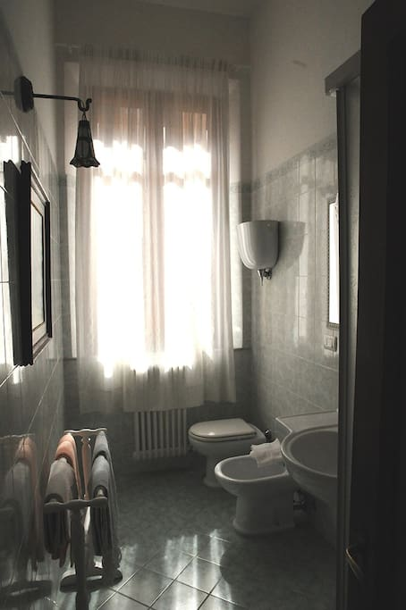 anche il bagno ha una grande finestra