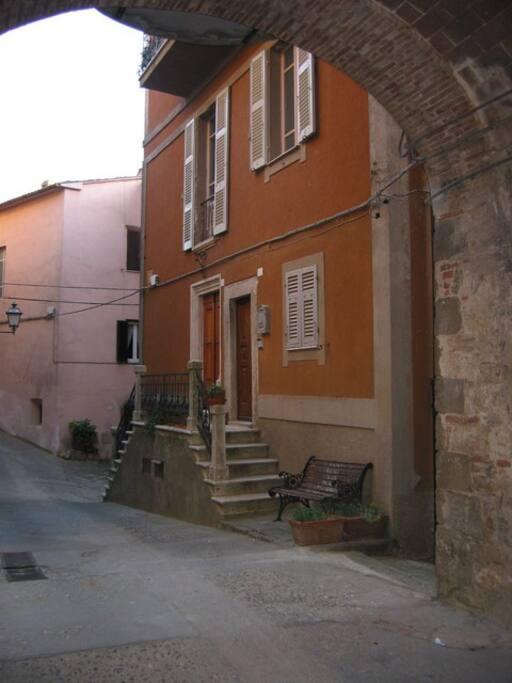 Per arrivare all'appartamento si percorrono i vecchi vicoli del paese