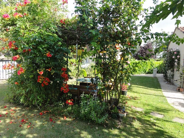 Quiet little house with garden - Saint-Julien-l'Ars - Apartament