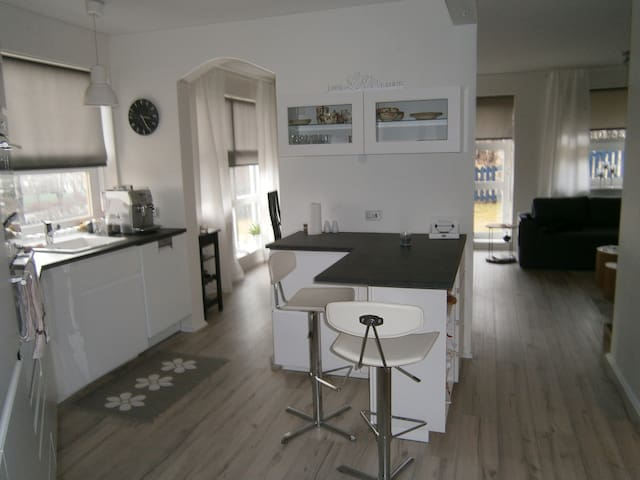 A warm and cozy apartment. Great location! - Kópavogur - Leilighet