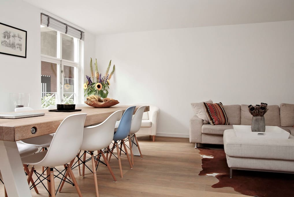 The living room with lots of light and spaciousness