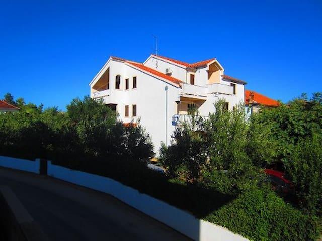 "Apartments Fjaka (""A1""), near beach - Turanj - Daire"