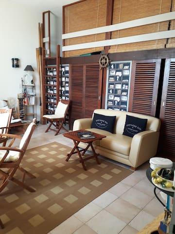Espace salon équipé d'une mezzanine pour éventuel couchage enfants (au delà de 7 ans)