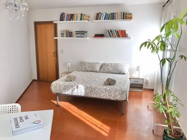"""Dorsoduro """"Sole"""" big double room - Venice center"""