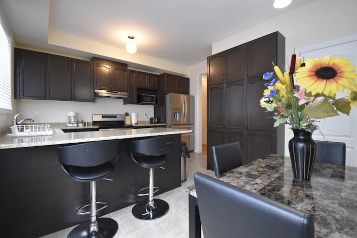 New 4 Bedroom Entire Home Near Toronto Airport