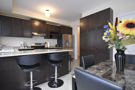 4 Bedroom Entire Home Near Toronto Airport