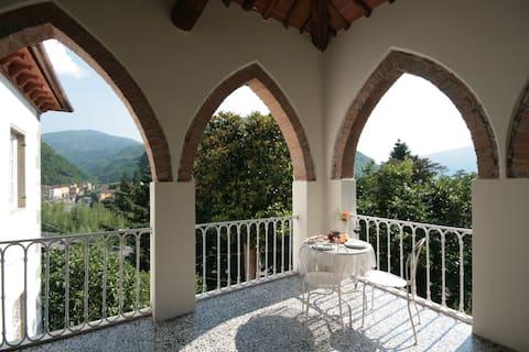 Double room, private bathroom in a Tuscan villa