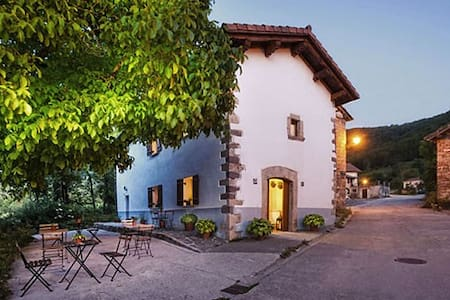 EKOLANDA. CASA RURAL CON ENCANTO 1 - Esnoz - Bed & Breakfast