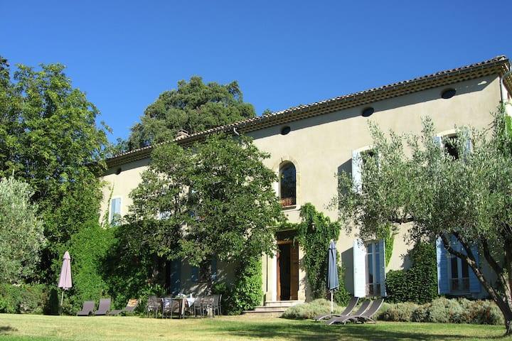 Schönes Landhaus in Vaison-la-Romaine mit Swimmingpool