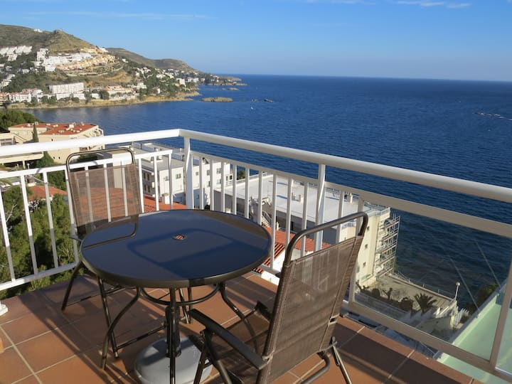 4. Apartment with incredible views of the Bay of Roses with community pool.