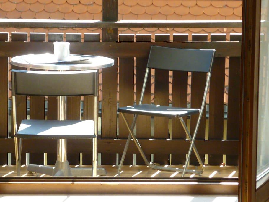 Sonniger Balkon zum Kaffeetrinken.