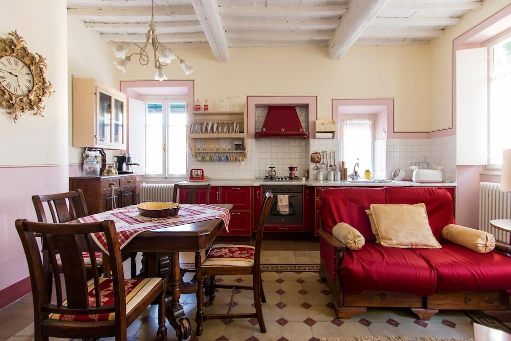 Cucina e soggiorno con zona divani per il vostro relax.
