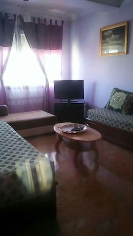 Chambre 3, sous forme de salon oriental avec deux canapés lits, un fauteuil,  une table basse, un téléviseur plasma et une argenterie.