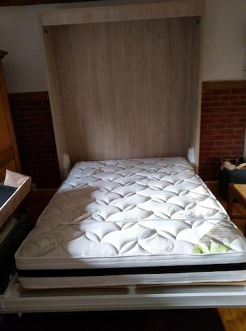 Le lit meuble avec son matelas de qualité.