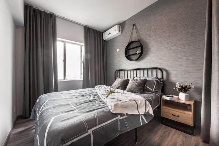 次卧室1.5双人床双床头柜和衣帽柜