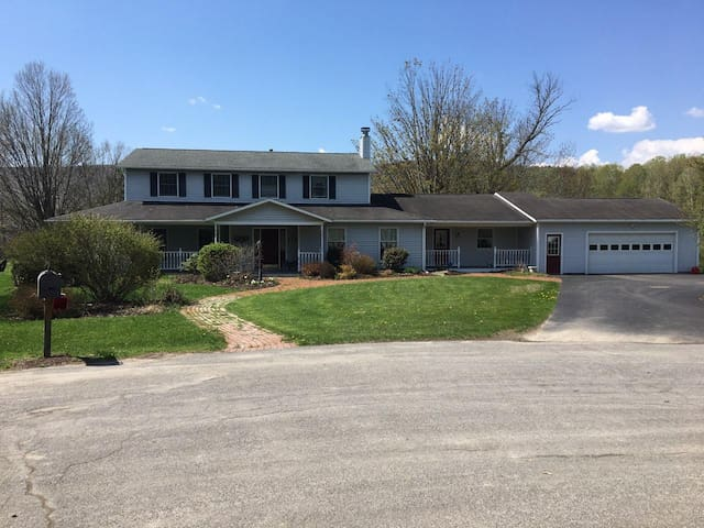 Gorgeous Home! Close to Cornell/Ithaca. Spacious!