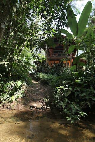 A casa fotografada de dentro do rio.