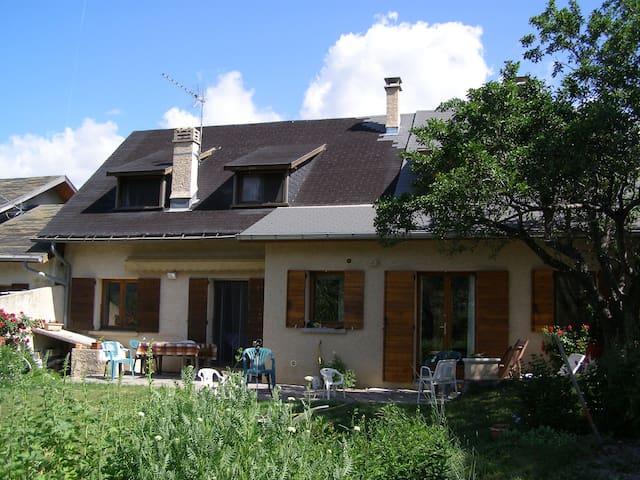 Grande Maison de famille: Ubaye près Barcelonnette - Enchastrayes - บ้าน
