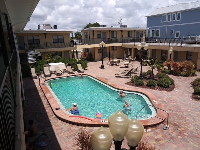 Modern Beach Condo/Great Amenities/Pool & BBQ